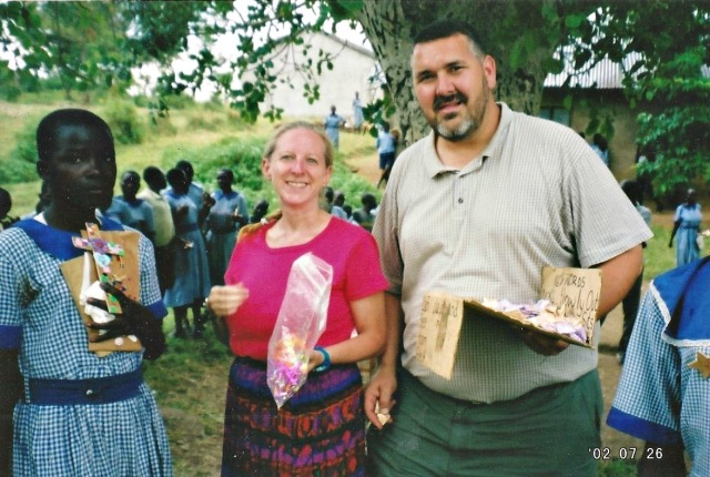 2002 Kenya Giving out prizes for VBS participation